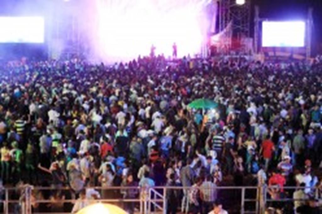 Luan Santana arrasta Público lotou as arquibancadas e a pista de rodeio para ver Luan Santana multidão para 14ª Expoverde