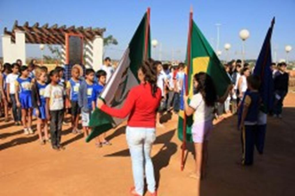 Alunos participam de ato cívico na Praça São Miguel