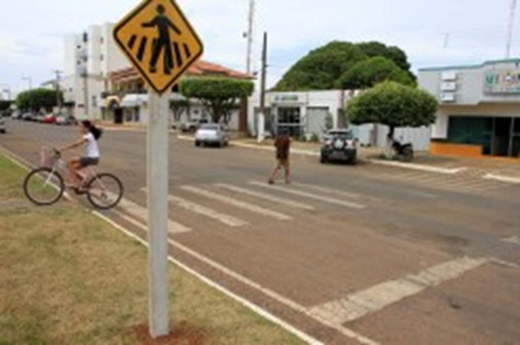 Prefeitura substitui placas de sinalização na Avenida Brasil
