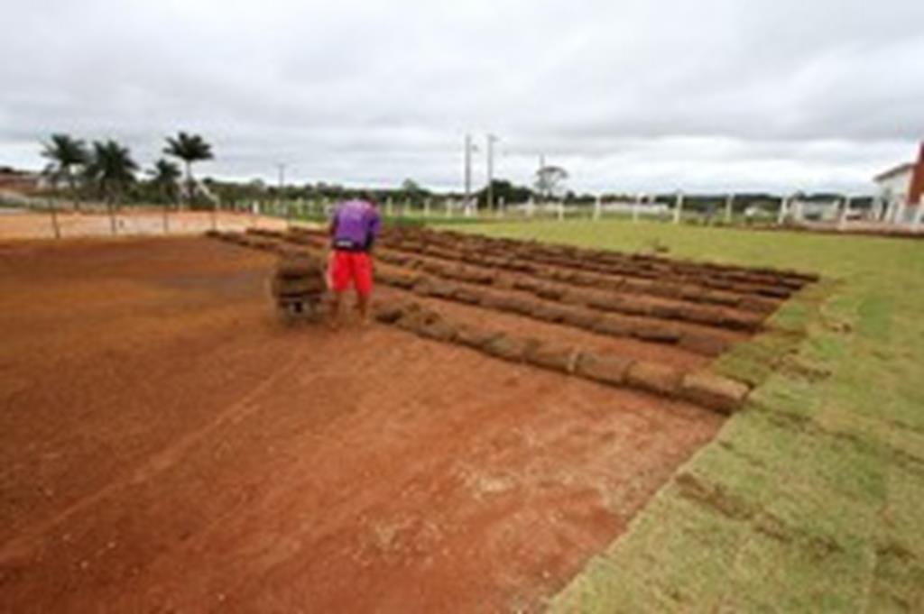 Campos da Área de Lazer começam a ser gramados