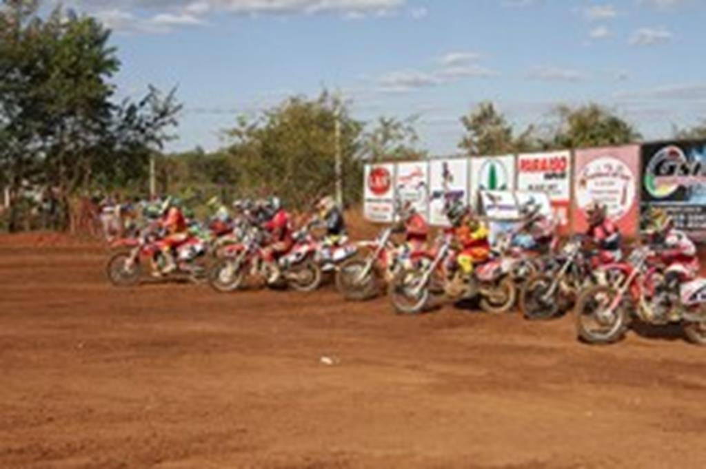 MotoCross atrai multidão à pista do Parque da Araras