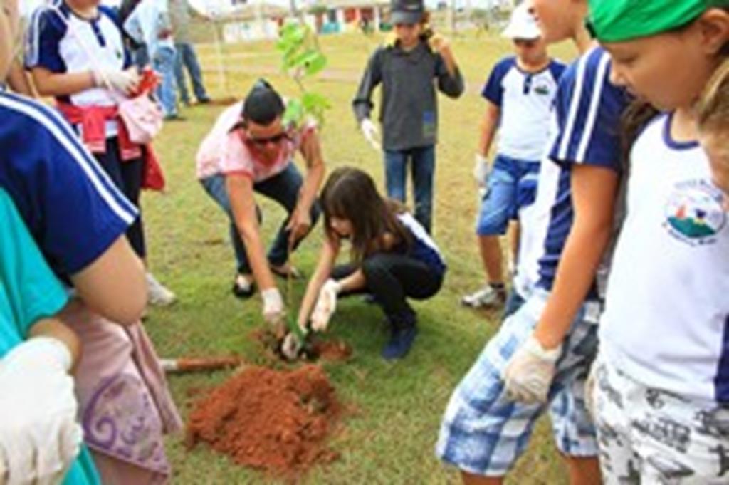 Em comemoração ao Dia da Árvore, Assistência Social realiza ação de conscientização no Parque das Araras