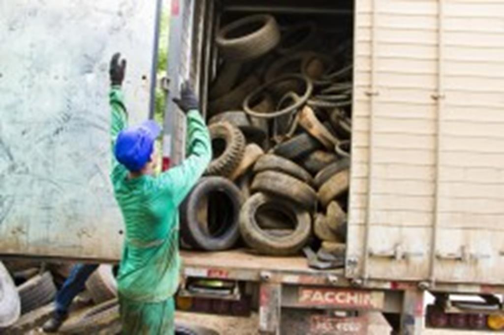 Prefeitura repassa 16 toneladas de pneus velhos à empresa recicladora