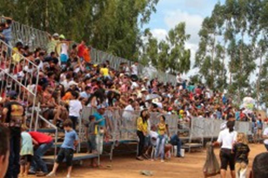 Público comparece em peso na abertura do Estadual de Motocross