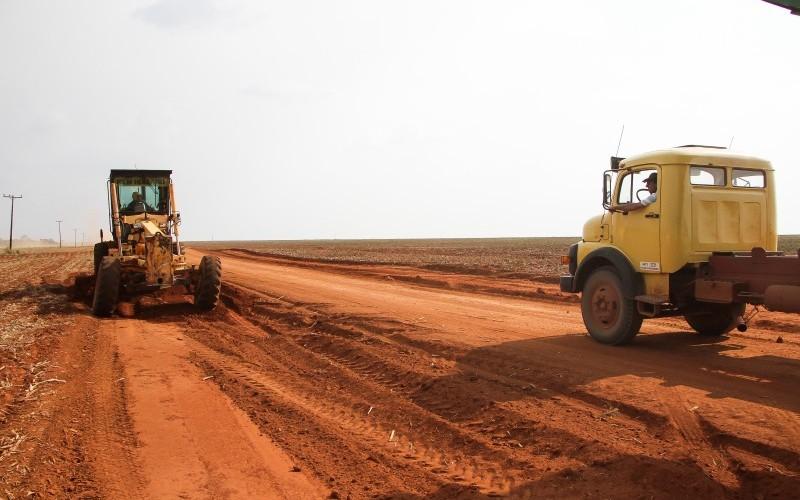 Prefeito e secretário visitam obras de recuperação de estrada na zona rural