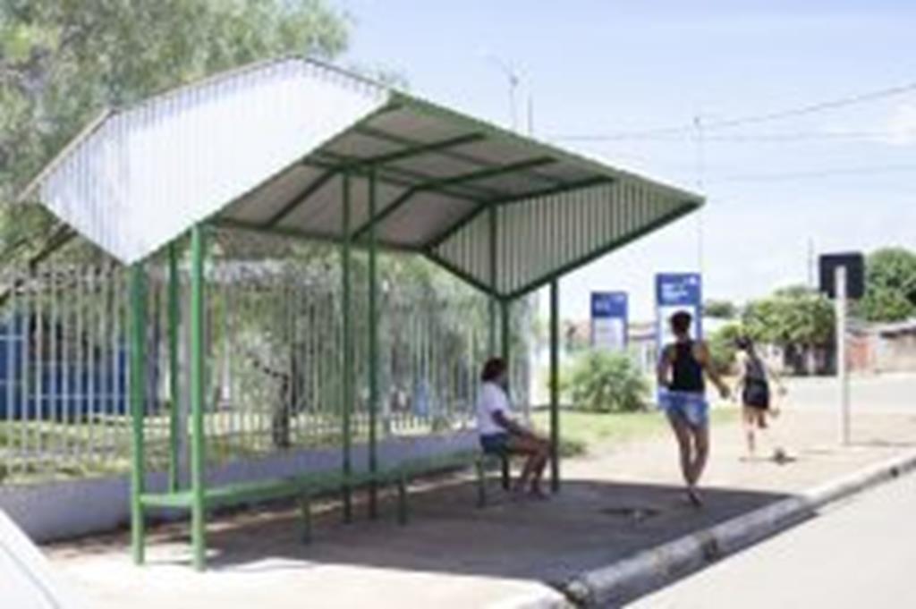 Abrigos são instalados em pontos de ônibus urbanos