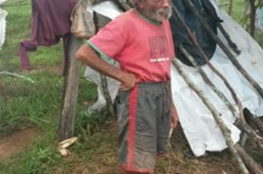 Após recusar atendimento da Secretaria de Assistência Social, homem continua vivendo às margens de rodovia