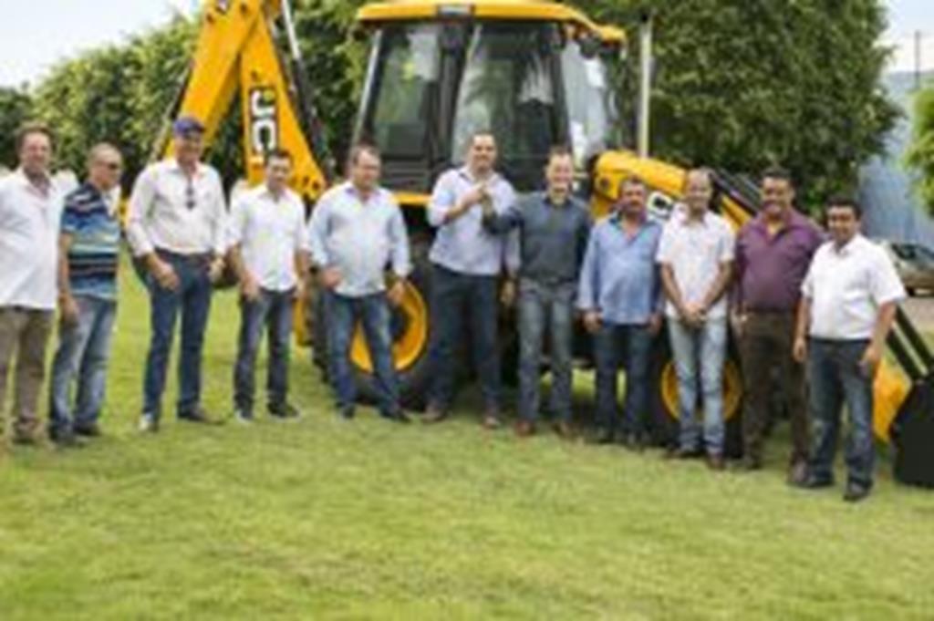 Com recursos próprios, Prefeitura de Campo Verde adquire retroescavadeira para Secretaria de Obras e Viação