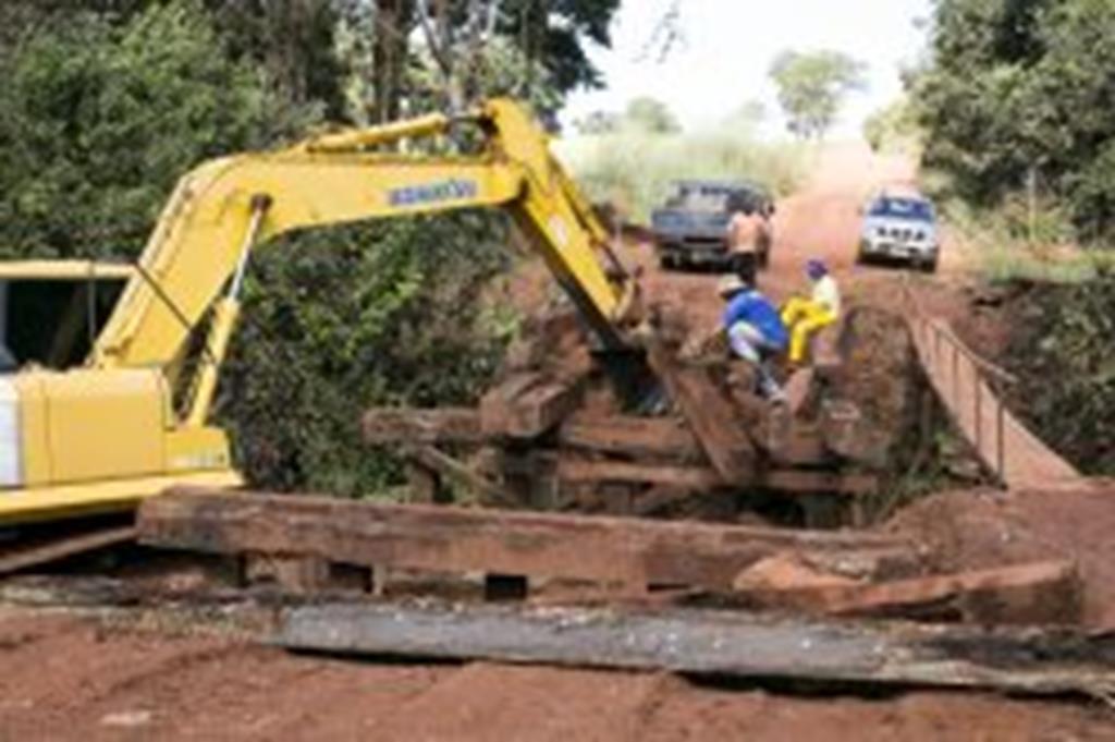 Prefeitura investe na reconstrução da ponte de acesso ao Capim Branco