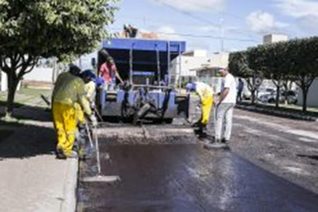 Com recursos próprios, Prefeitura recupera ruas com lama asfáltica
