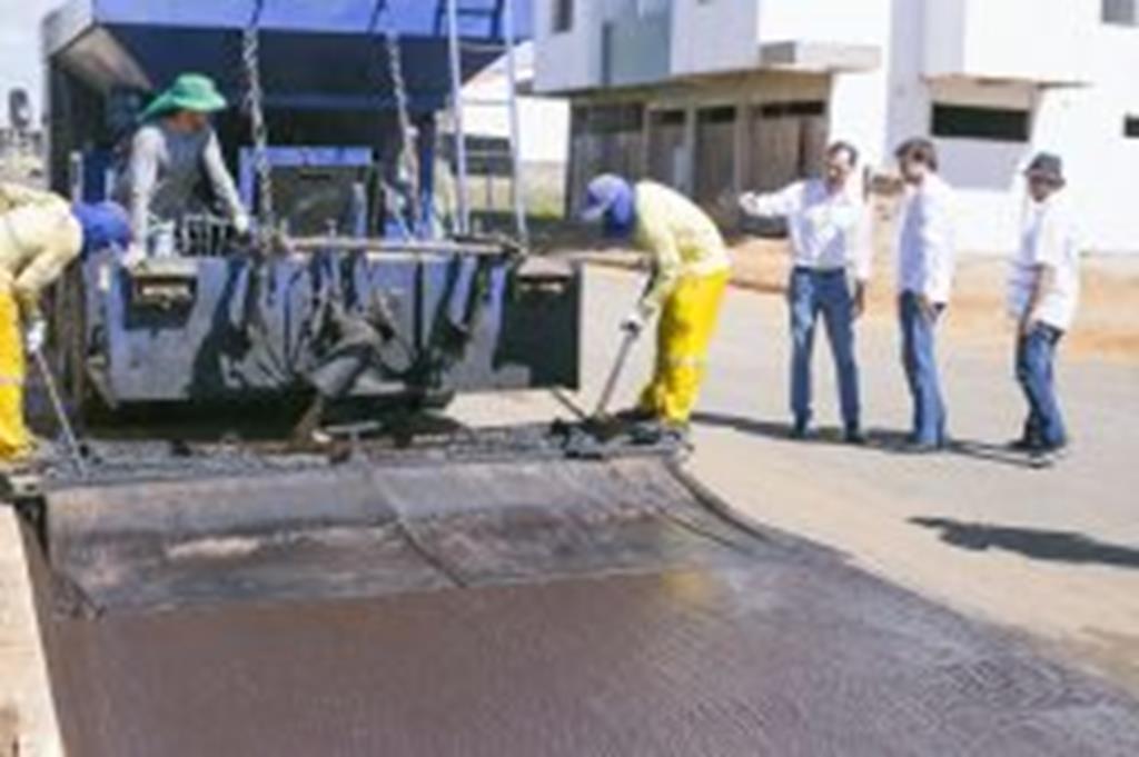 Prefeito Fábio e presidente do CIDESASUL acompanham recuperação de ruas com lama asfáltica