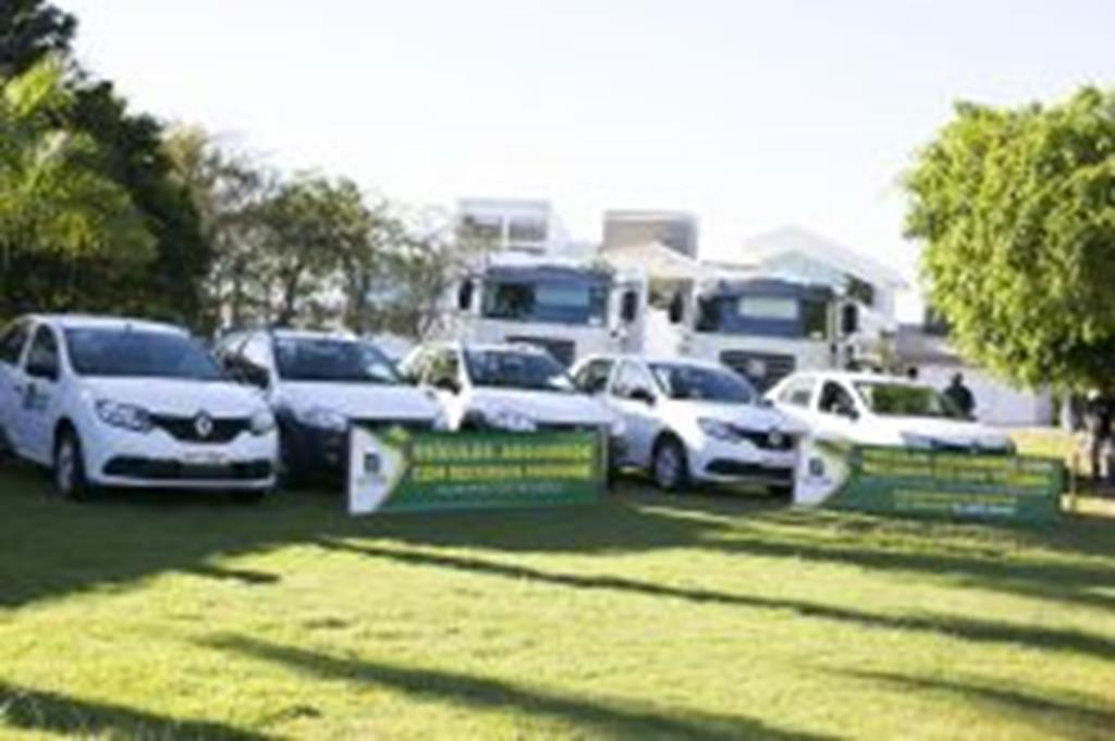 Prefeito Fábio Schroeter entrega veículos a secretárias municipais