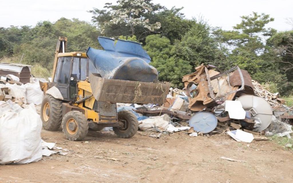 Vigilância Ambiental recolhe toneladas de lixo de terreno no Bordas do Lago