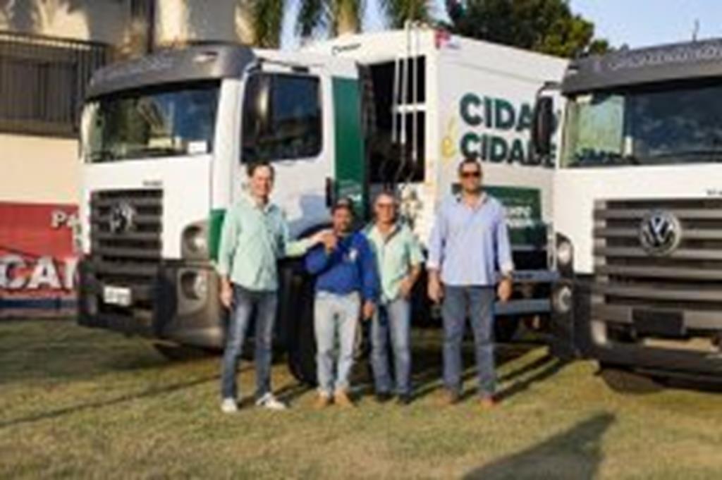Secretaria de Obras recebe dois novos caminhões para a coleta de lixo
