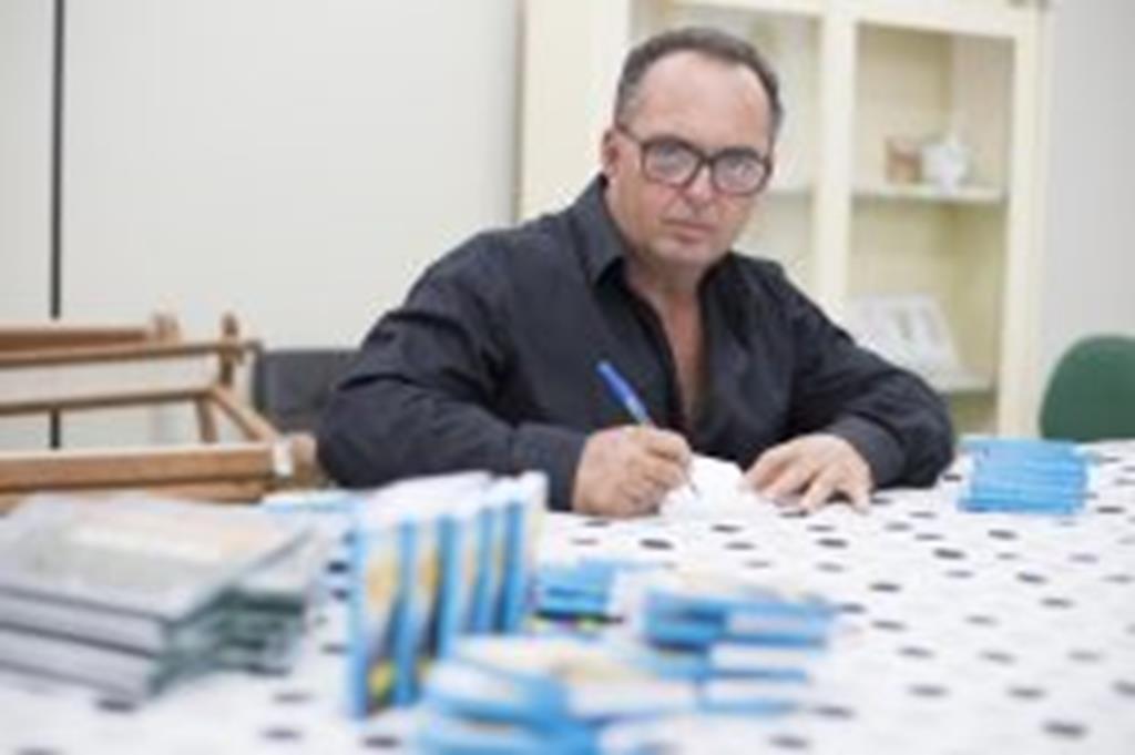 Escritor campo-verdense lança livro com mensagens para o dia a dia