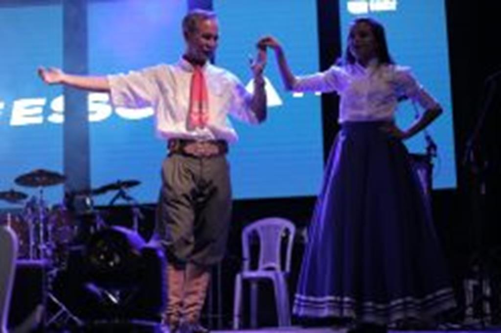 Professor de danças gaúchas é homenageado durante o FESCCAM