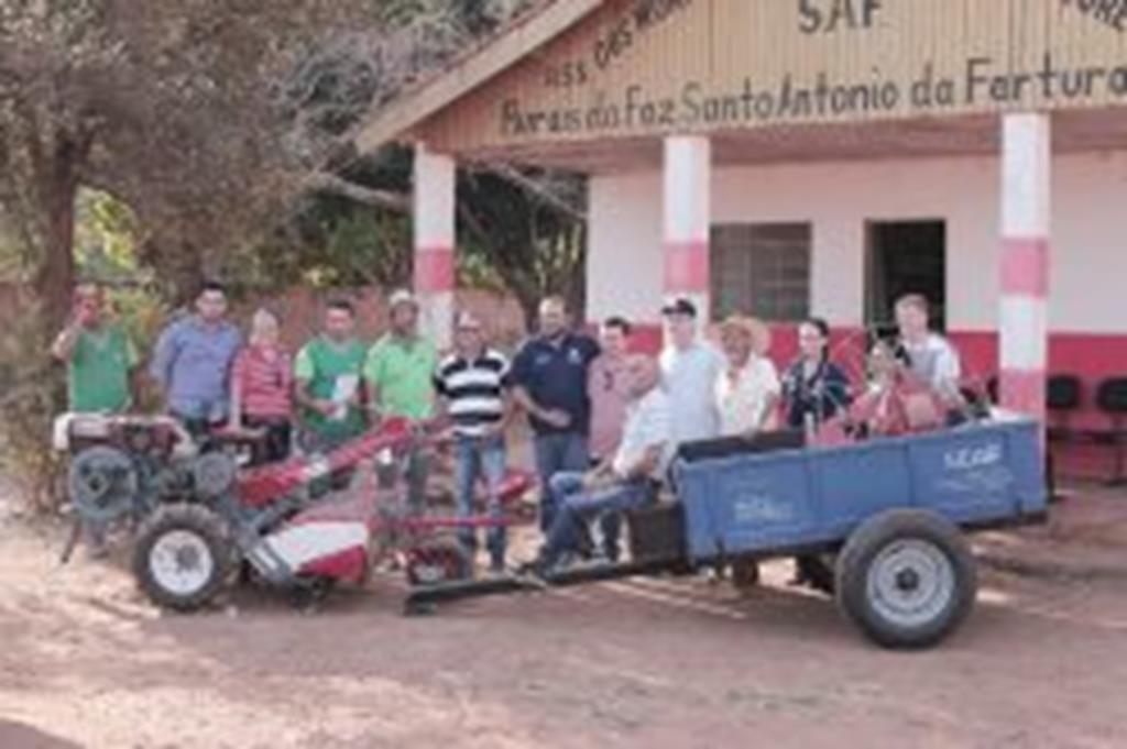 SEAF e SEDAM entregam micro trator e implementos a produtores do Santo Antônio da Fartura