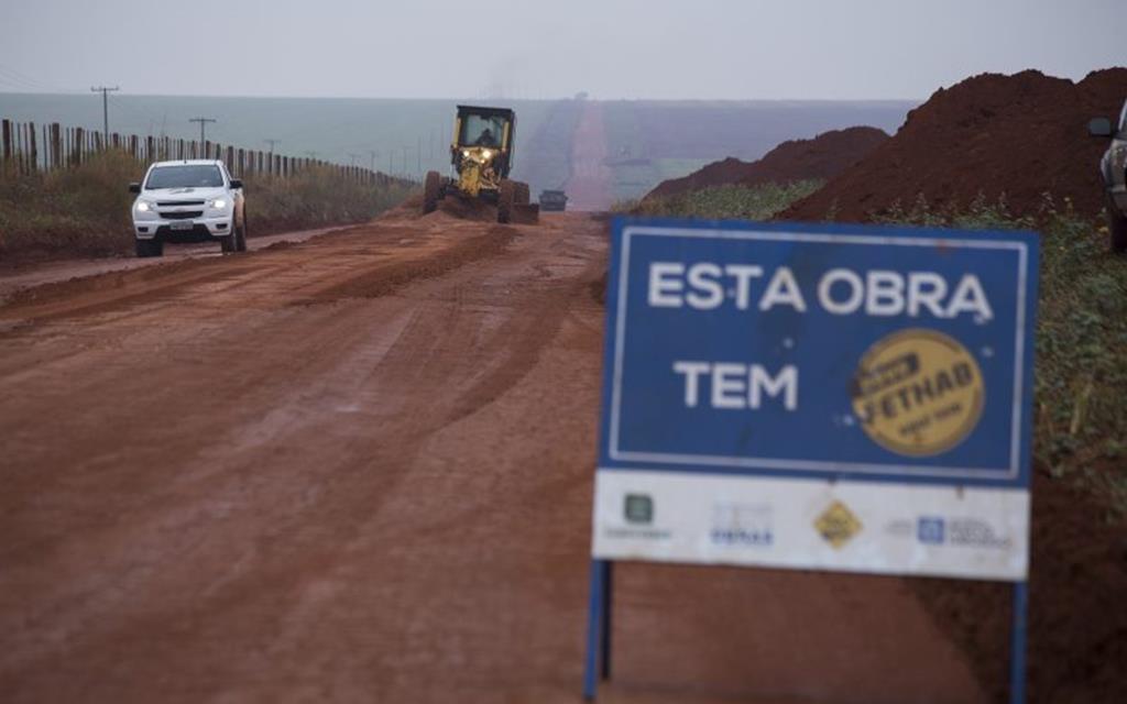 Com recursos do FETHAB, Prefeitura encascalha trecho da MT-140