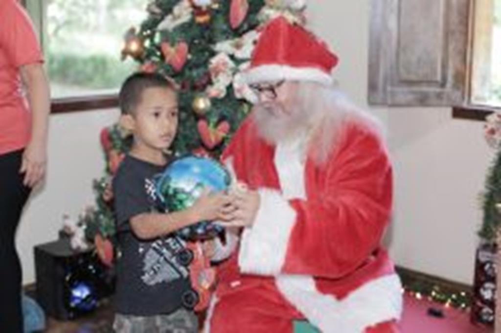 Papai Noel leva alegria a crianças do Capim Branco e do Taperinha
