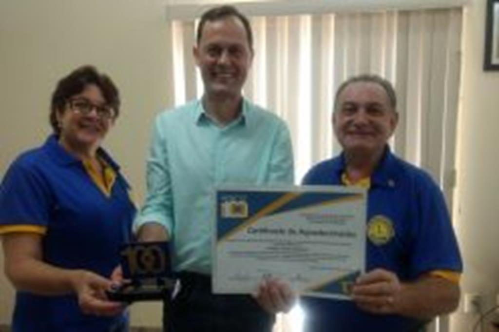 Lions entrega certificado de agradecimento ao prefeito Fábio Schroeter