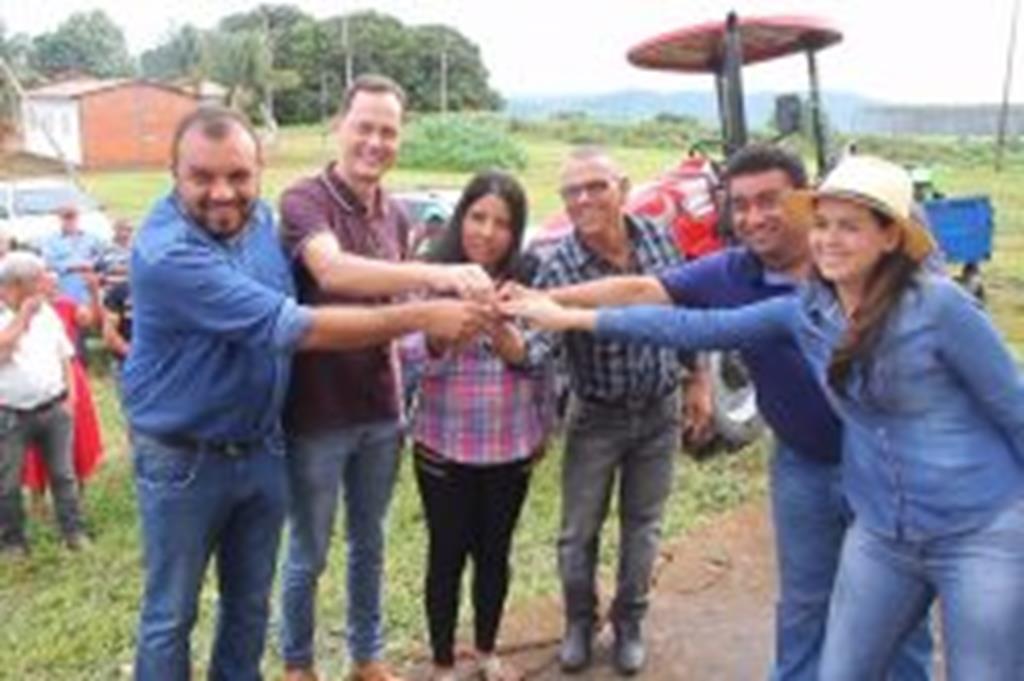Prefeito Fábio e secretário Suelme entregam patrulha mecanizada a produtores do 14 de Agosto