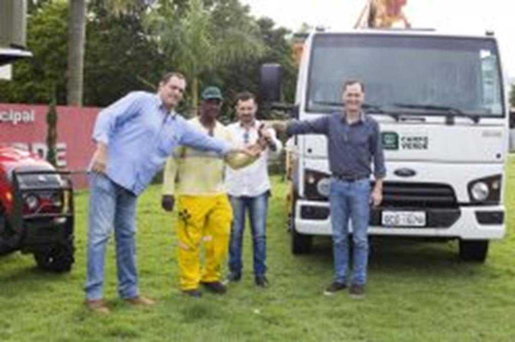 Prefeito entrega caminhão, trator e roçadeira para Secretaria de Obras e Viação