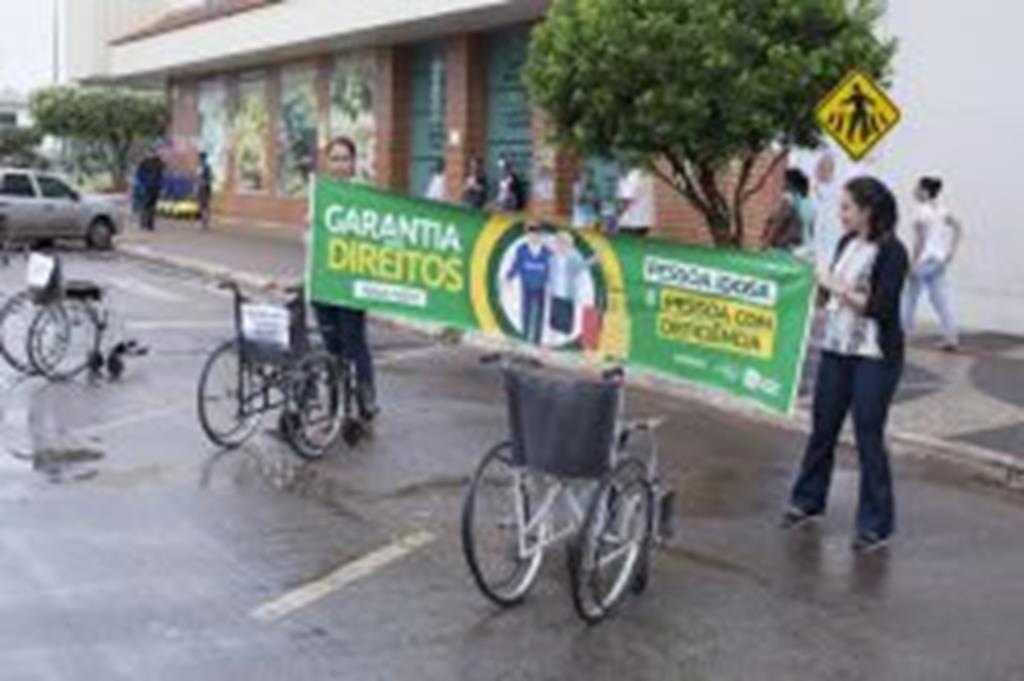Idosos e deficientes fazem manifestação por respeito aos seus direitos
