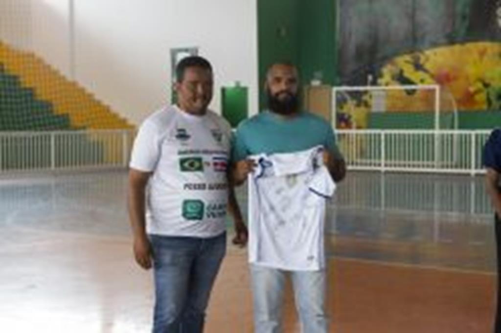 Entidades recebem camisas autografadas pela seleção brasileira de futsal