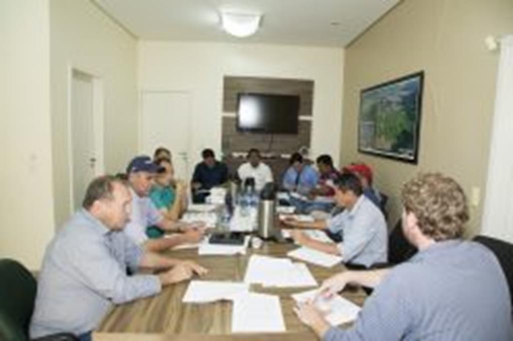 Vereadores, prefeito, vice-prefeito e secretário debatem Plano Municipal de Saneamento Básico
