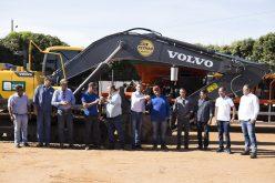 Escavadeira e usina de lama asfáltica são entregues a Secretaria de Obras de Campo Verde