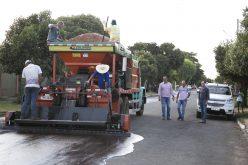 SMOV começa a recuperar ruas no Chácara das Uvas com lama asfáltica