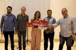 Prefeito e secretário prestigiam entrega de prêmios da campanha Natal Premiado