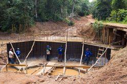 Estrutura de sustentação da ponte sobre o rio São Lourenço começa a ser construída
