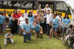 Prefeitura entrega ônibus à APAE