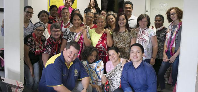 Secretaria de Saúde entrega lenços doados pelo Rotary a mulheres em tratamento contra o câncer