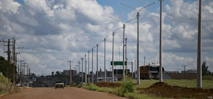 Prefeitura amplia sistema de iluminação com superpostes na Attílio Fontana