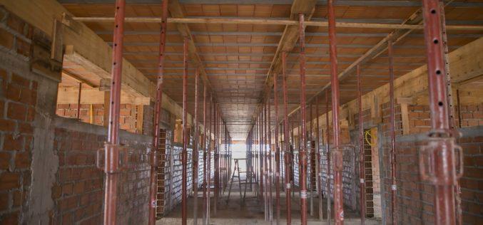 Construção de escola no Santa Rosa avança e laje é concretada