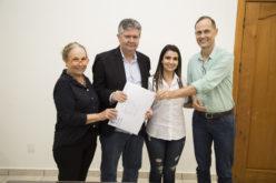 Prefeito e secretário de Segurança Pública assinam escritura da área para construção de nova delegacia