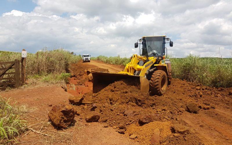 SMOV trabalha na recuperação de estradas na Agrovila João Ponce de Arruda