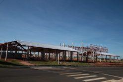Cobertura começa a ser instalada na nova escola do Residencial Greenville