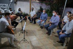 Parlamentares conhecem escola de música de Campo Verde