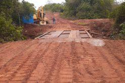Prefeitura reconstrói ponte no Rio Galheiro